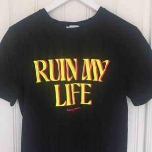 Jättefin t-shirt från Zara Larssons kollektion med NA-KD :)                                                    Endast använd vid ett tillfälle så i stort sett i nyskick