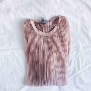 Vackert rosa/persikofärgat plisserad tröja. See through och öppen i ryggen!