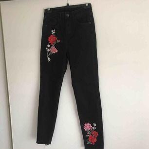 Svarta jeans ifrån H&M med blomdetaljer.  Frakt tillkommer!🌹