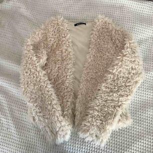 Gina tricot fluffig jacka med vit päls, använd en gång