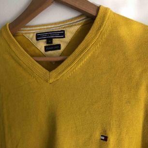 Senapsgul tröja ifrån Tommy Hilfiger. Köpt på herravdelning men sitter lika fint på båda könen. Frakt tillkommer!🌹