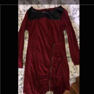 En top/klänning, med dragkedja och omlott , läder/skinn längst upp, aldrig använd