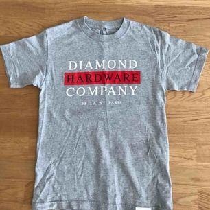 Grå Diamond Supply t-shirt, bra skick, inga brännmärken/hål.  Köparen står för frakt.