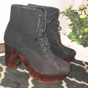 Jättefina skor med träklack från Boohoo. Använda 2-3 gånger. Väldigt lätta att gå i om man har svårt för klackar! Frakt utanför Kalmar kostar 63 kr 🌸 Tar bara swish!