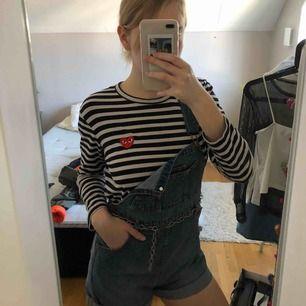 Fina hängselshorts från Monki! Att styla med cool tröja under och en kedja blir supersnyggt! Kan mötas upp i Göteborg eller frakta (köparen står för frakt). Betalning sker via Swish!💓⭐️