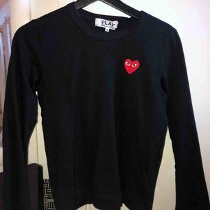 Äkta CDG tröja, använd 3 gånger. Kan mötas upp i Stockholm eller fraktas (betalar ej för frakt)
