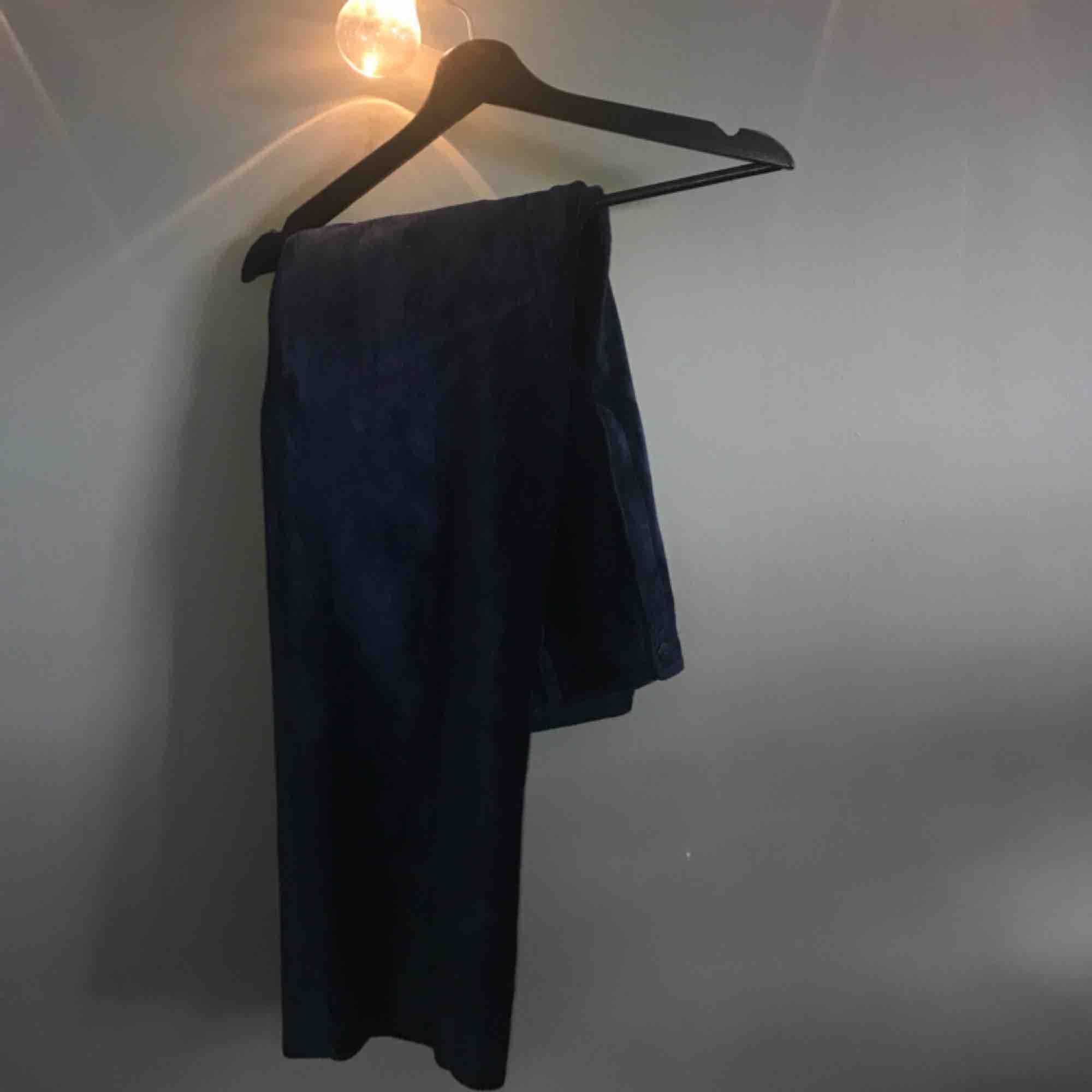Stora marinblåa manchesterbyxor, supersköna!! Aldrig använda. Säljer för 90kr+frakt 😋. Jeans & Byxor.