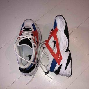 Nya nike m2k (äkta såklart), använda en gång! Precis som nya, köpta på foot locker. Frakten är gratis