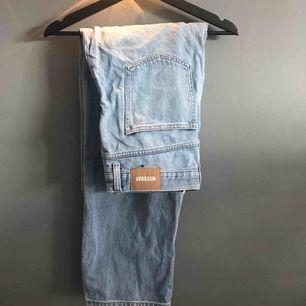 Supersnygga ljusblå jeans från Weekday, modell:rail. Orginalpris:600kr, säljer för 250kr+alternativ frakt. Byxorna är använda ett fåtal ggr o ser så gott som nya ut, förutom att de är skrynkliga på bilden. Storlek:30/30.