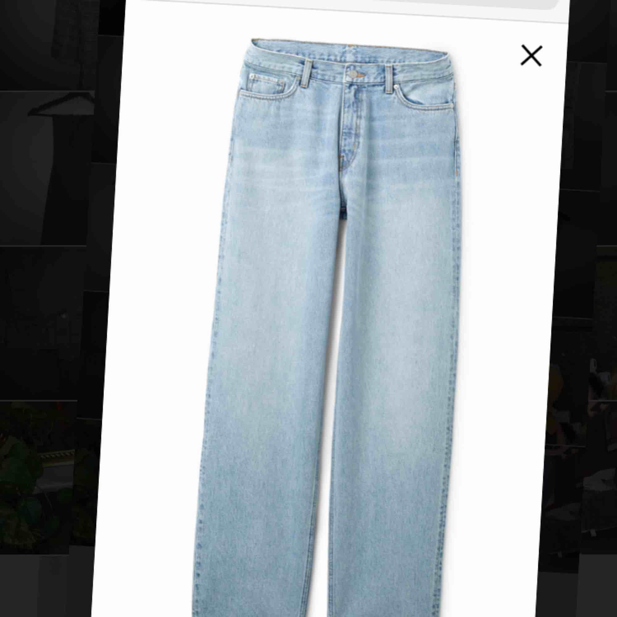 Supersnygga ljusblå jeans från Weekday, modell:rail. Orginalpris:600kr, säljer för 250kr+alternativ frakt. Byxorna är använda ett fåtal ggr o ser så gott som nya ut, förutom att de är skrynkliga på bilden. Storlek:30/30. . Jeans & Byxor.