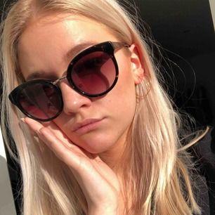Galet snygga solglasögon från Moschino! Köpta för 1200:-