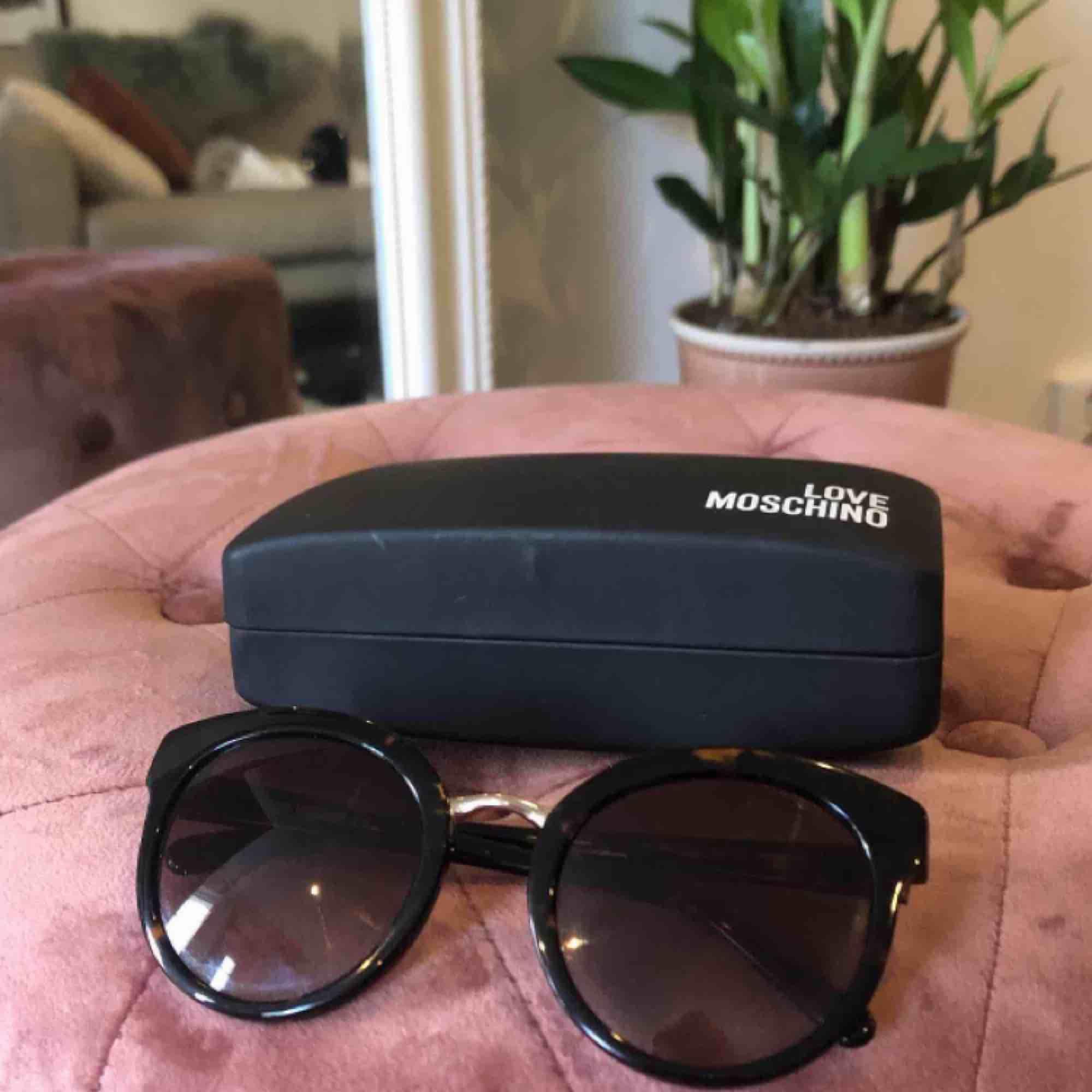 Galet snygga solglasögon från Moschino! Köpta för 1200:-. Accessoarer.