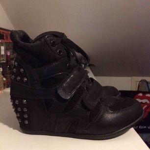 Isabel Marant liknande skor fast mycket coolare enligt mig. Nitarna baktill gör det lilla extra. De impulsköptes för några år sedan, de är provade men ej använda. Dock dammiga efter att ha legat nerpackade. Priset är inkl frakt 🌷