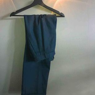 Raka grönaktiga kostymbyxor. Toppenskick! 70kr+alternativ frakt.