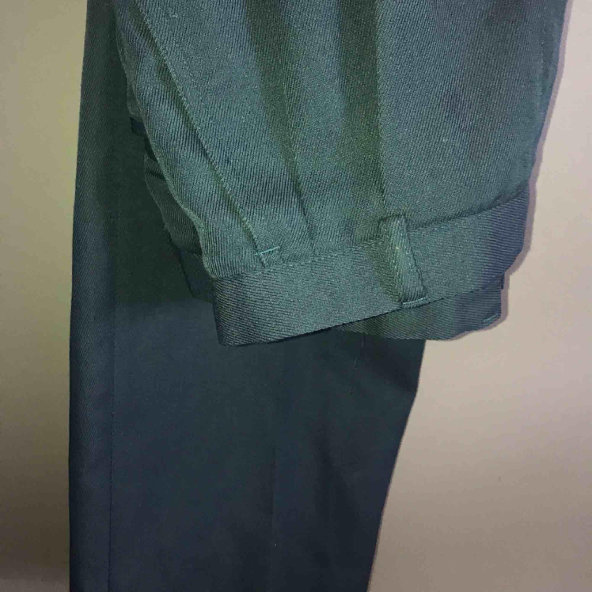 Raka grönaktiga kostymbyxor. Toppenskick! 70kr+alternativ frakt. . Jeans & Byxor.