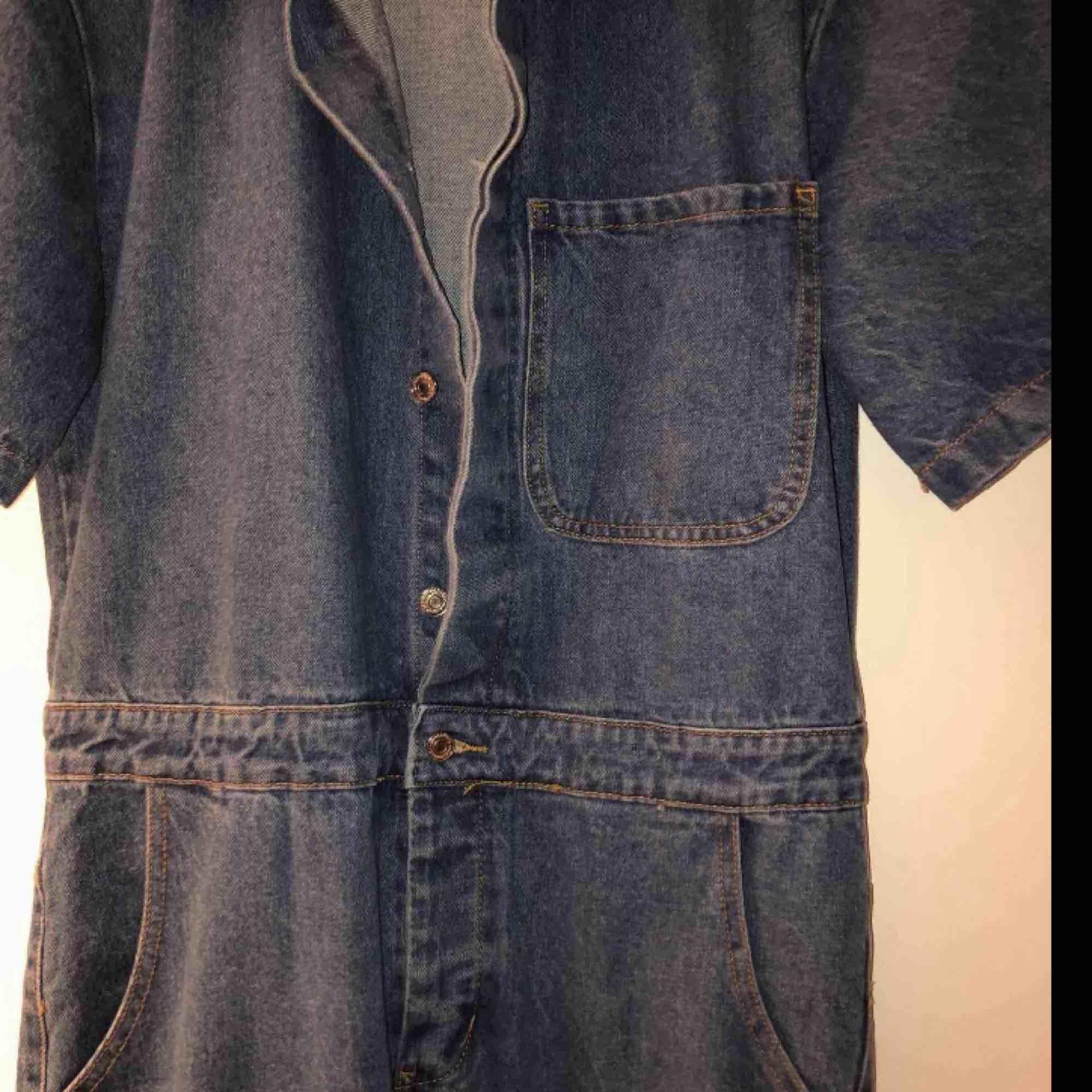 Säljer en skitsnygg jeans-byxdress som är köpt här på Plick men passade tyvärr inte mig. Personen jag köpte den av hade använt den 1 gång o jag har aldrig använt den! Toppenskick! . Kostymer.