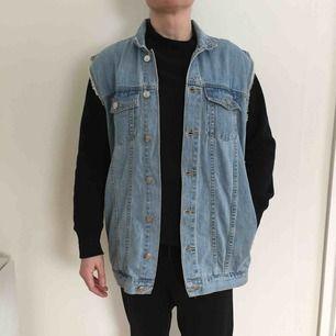 Grymt snygg längre jeansväst från Cheap Monday strl XS. Två sidofickor och två bröstfickor