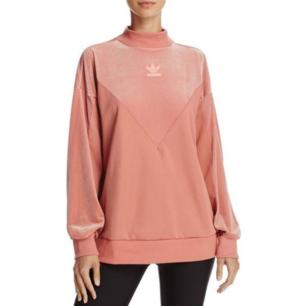 Säljer denna nya och oanvända adidas tröja! Vill verkligen bli av med den! 👾 🤠 Just denna modell tillverkas/säljs inte längre! 🌼 Har en annan annons med denna å där finns det bättre bilder!!! 💃🏼  ORIGINAL PRIS 700KR