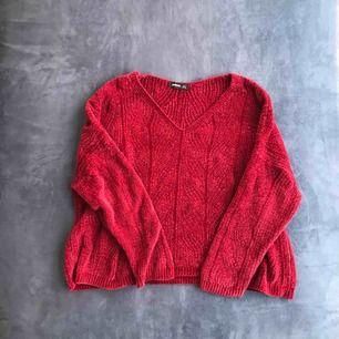 Mörkröd stickad tröja från Stradavarius. Supersnygg. Lite uttänjd då den använts flera gånger. Frakt: 40kr, betalning via swish :)