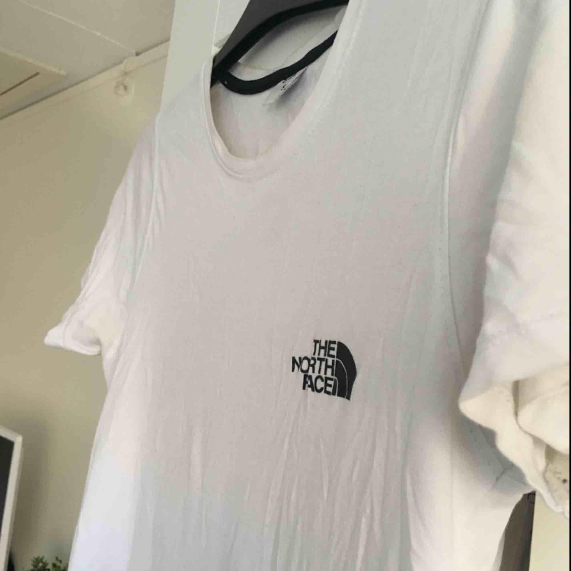 """En vit tshirt från """"the north face"""" med svart märke. Bra skick! Storlek S!. T-shirts."""