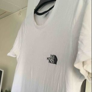 """En vit tshirt från """"the north face"""" med svart märke. Bra skick! Storlek S!"""