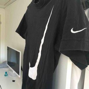En svart tshirt från Nike med vitt märke! Storlek M, men passar mer som storlek S