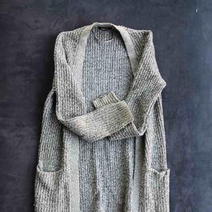 Stickad cardigan från Gina tricot i grå färg. Lång cardigan. lite missfärgad på ärmarna vilket kan ses på bild 1. Frakt 40kr och betalning via swish :)