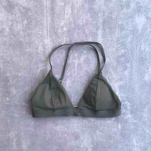 SÅLD  svart bikinitopp från H&M. Begagnad men endå i bra skick. Lite missfärgad knäppning i bak (bild 3). Frakt 9kr, betalning via swish :)