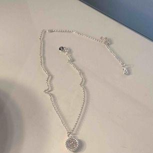"""Silvrigt halsband med berlock med """"diamanter""""."""