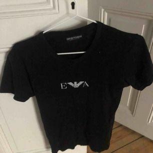 Aldrig använd Armani tröja köpt för någon månad sedan väldigt bra skick :) köparen står för frakt✨