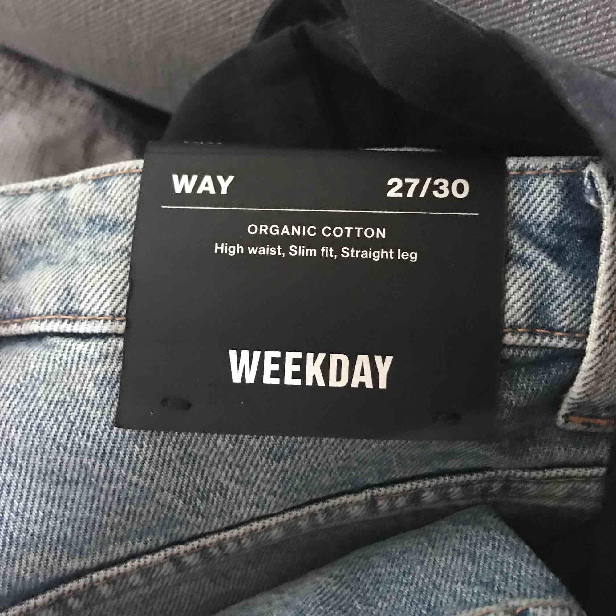oanvända jeans från weekday nypris 500 kr , köparen står för frakten ☀️. Jeans & Byxor.
