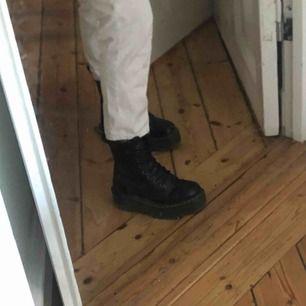 Trendiga ankel långa vita byxor aldrig använda :) köparen står för frakt ✨