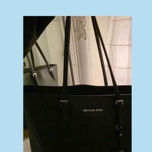 """Modell: """"Michael Kors Jet set travel Saffiano Tote svart""""  Väskan rymmer mycket och är väldigt stilren. Säljer eftersom jag tyvärr inte använder den längre. Kan skicka fler och bättre bilder på väskan vid intresse ☺️"""