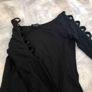 Fin svart topp som har hål/knutar vid armarna och det är modet❣️frakten kostar 20kr