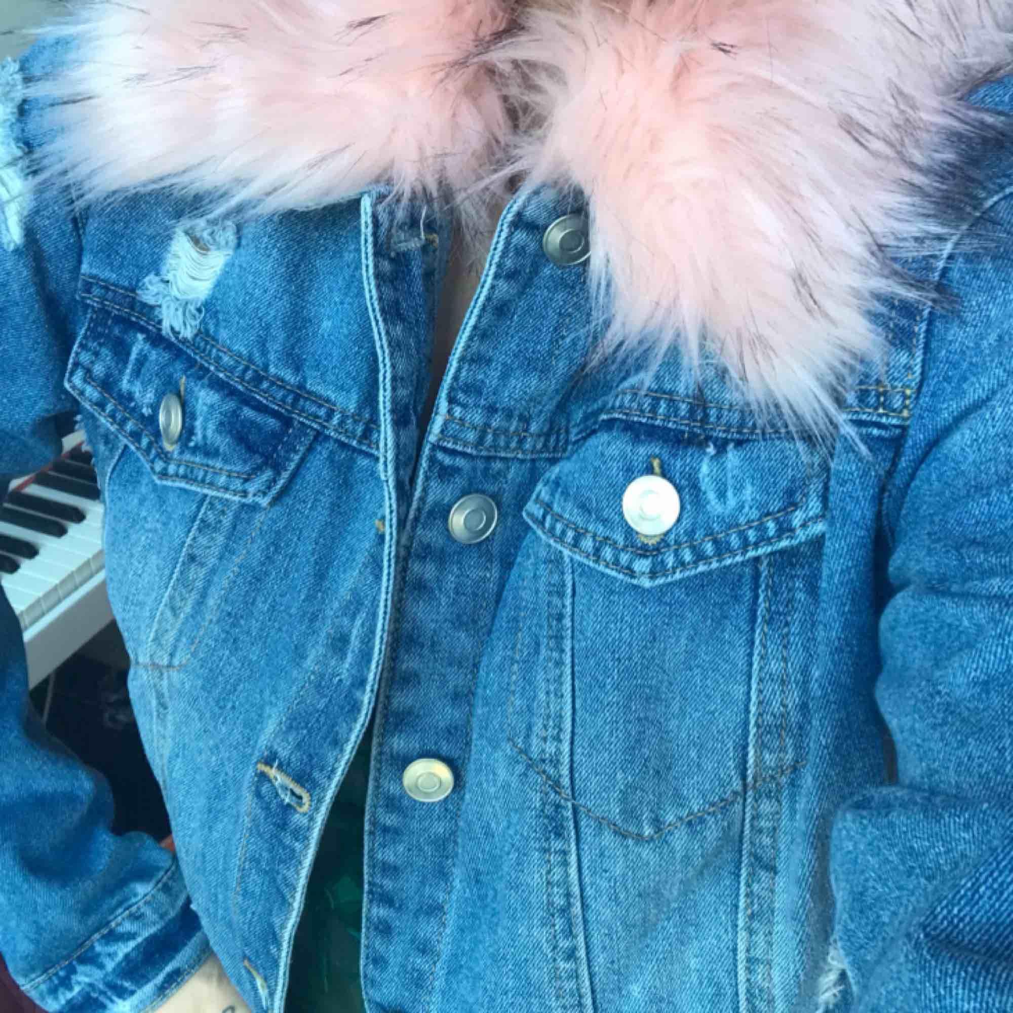 """Oanvänd jeansjacka m rosa fuskpäls från Forever 21! """"Sliten"""" look dvs hålen osv är med mening. Perfekt skick! Bild 1 är i dagsljus så den är mest fair i hur färgerna ser ut irl. 300:- plus frakt el möts upp i Stockholm. DMa för köp! 💋💋💋. Jackor."""