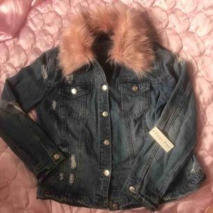 """Oanvänd jeansjacka m rosa fuskpäls från Forever 21! """"Sliten"""" look dvs hålen osv är med mening. Perfekt skick! Bild 2 är i dagsljus så den är mest fair i hur färgerna ser ut irl. 300:- plus frakt el möts upp i Stockholm. DMa för köp! 💋💋💋"""