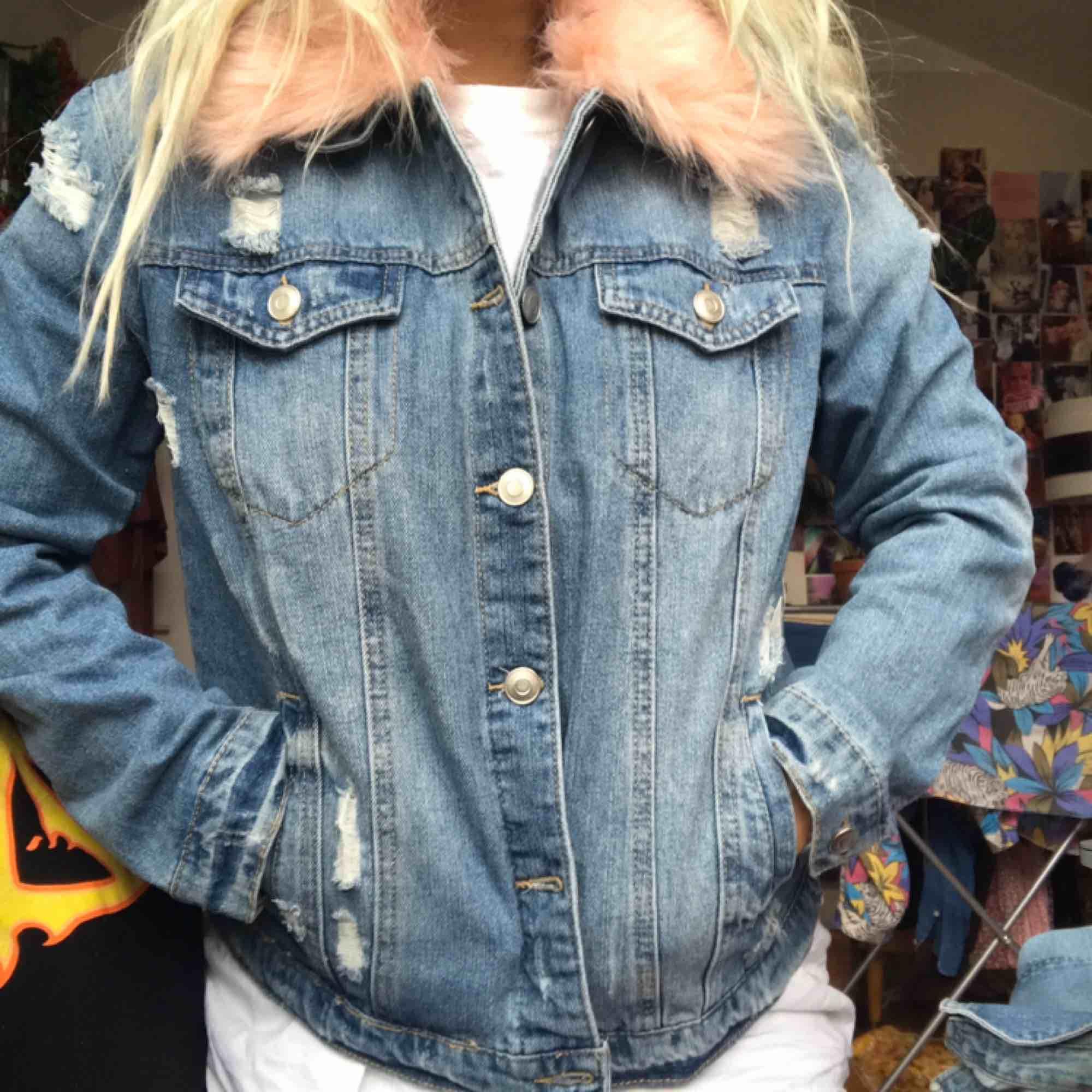 """Oanvänd jeansjacka m rosa fuskpäls från Forever 21! """"Sliten"""" look dvs hålen osv är med mening. Perfekt skick! Bild 2 är i dagsljus så den är mest fair i hur färgerna ser ut irl. 300:- plus frakt el möts upp i Stockholm. DMa för köp! 💋💋💋. Jackor."""