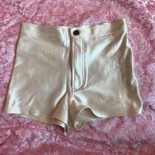"""American apperal """"disco"""" hotpants/shorts i pärlemo vit! Se bild 2 för rätt färg, ännu glansigare irl. Står storlek M inuti men skulle säga att det snarare är en liten S! Superfint skick, highwsisted, stretchiga och glansiga i tyget ✨✨✨"""