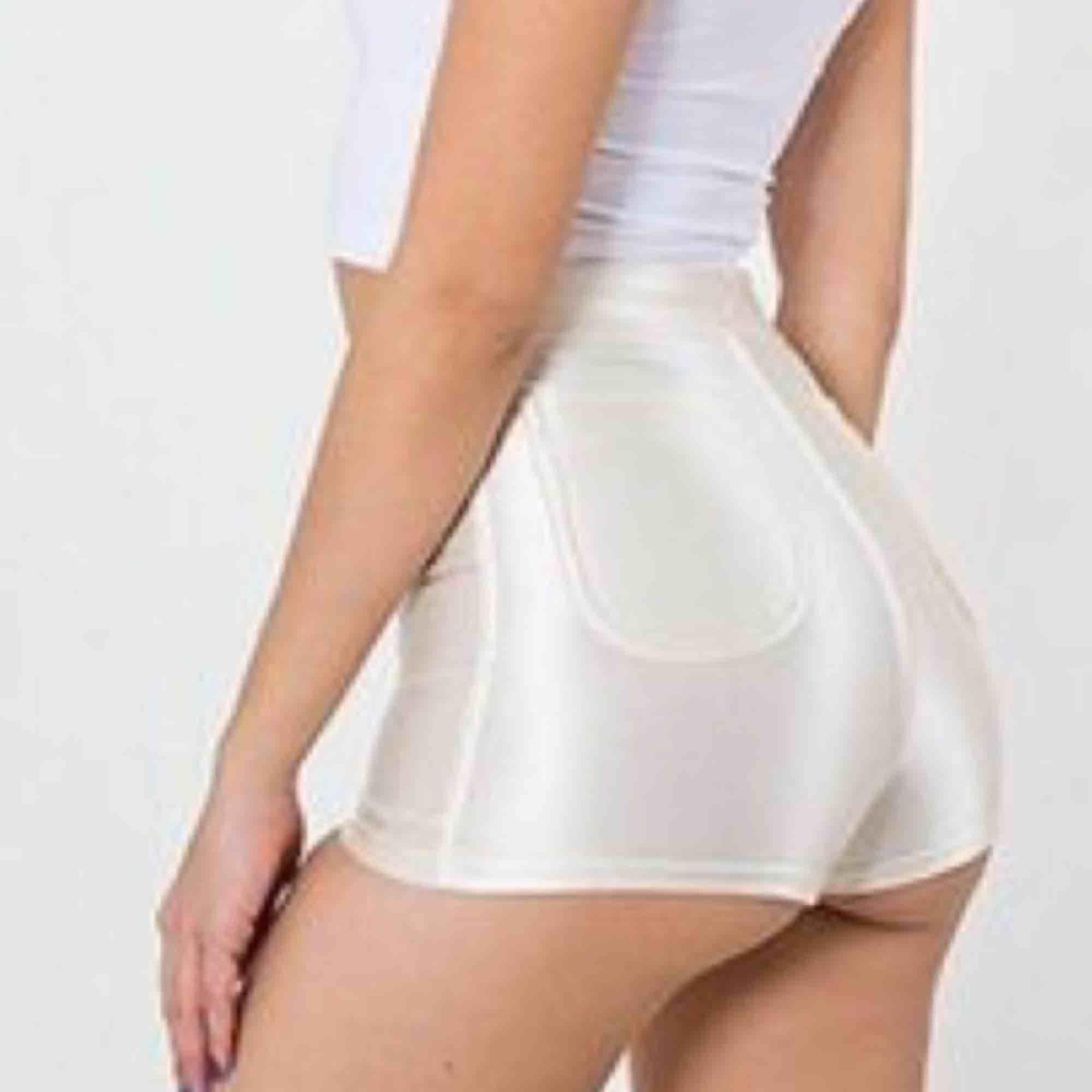 """American apperal """"disco"""" hotpants/shorts i pärlemo vit! Se bild 2 för rätt färg, ännu glansigare irl. Står storlek M inuti men skulle säga att det snarare är en liten S! Superfint skick, highwsisted, stretchiga och glansiga i tyget ✨✨✨. Shorts."""