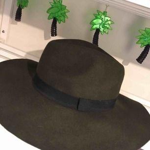 Mörkgrön hatt från Bikbok 🌸