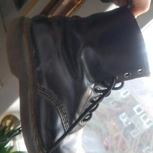 Supercoola Dr Martens från nittiotalet.  Bra kvalité, äkta läder. Passar till allt!!