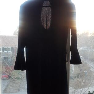 Supersnygg sammetsklänning från & other stories