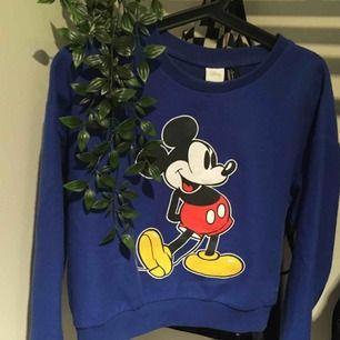 Mickey Mouse-tröja från Forever 21. Använd 1-2 gånger. Jättesöt och cropped 🌸