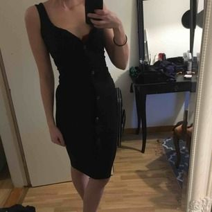 Bodycon klänning med knappar! Kommer aldrig till användning  Passar xs-s Fraktar för 30kr