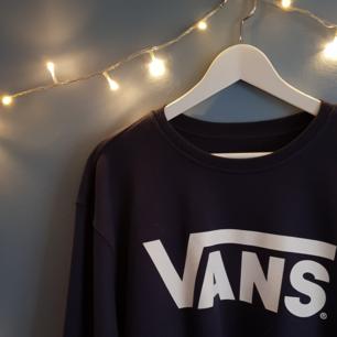 Suuperfräsch sweatshirt i navy-blå med vitt tryck! Jättemysig som oversize eller med normal passform, så passar flera storlekar. Mjuk insida & jättefint skick pga inte använts knappt.