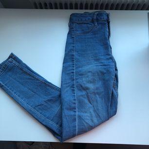 Superfina högmidjade och tajta jeans som är för små för mig tyvärr:( de går inte ur form lika lätt då tyget är mer jeansaktigt men fortfarande stretchigt. Jättebra skick på dem✨ Frakt tillkommer✨