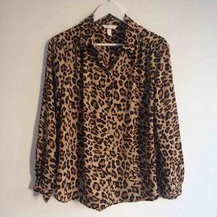 Snygg flowy skjorta i leopardmönster. Storleken är 44 men jag är XS/S och gillar oversize så tyckte det fungerade fint! Passar alltså många beroende på hur du vill att den ska sitta. Nyskick!