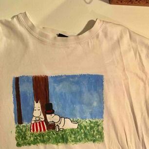 Hejhej jag säljer tröjor som jag målar själv. De här är inte till salu men man kan beställa något liknande, skicka en bild jag kan måla av eller låta mej bestämma❤️ Priset varierar 200-300 beroende på vad du vill ha. Jag kan frakta eller mötas upp❤️