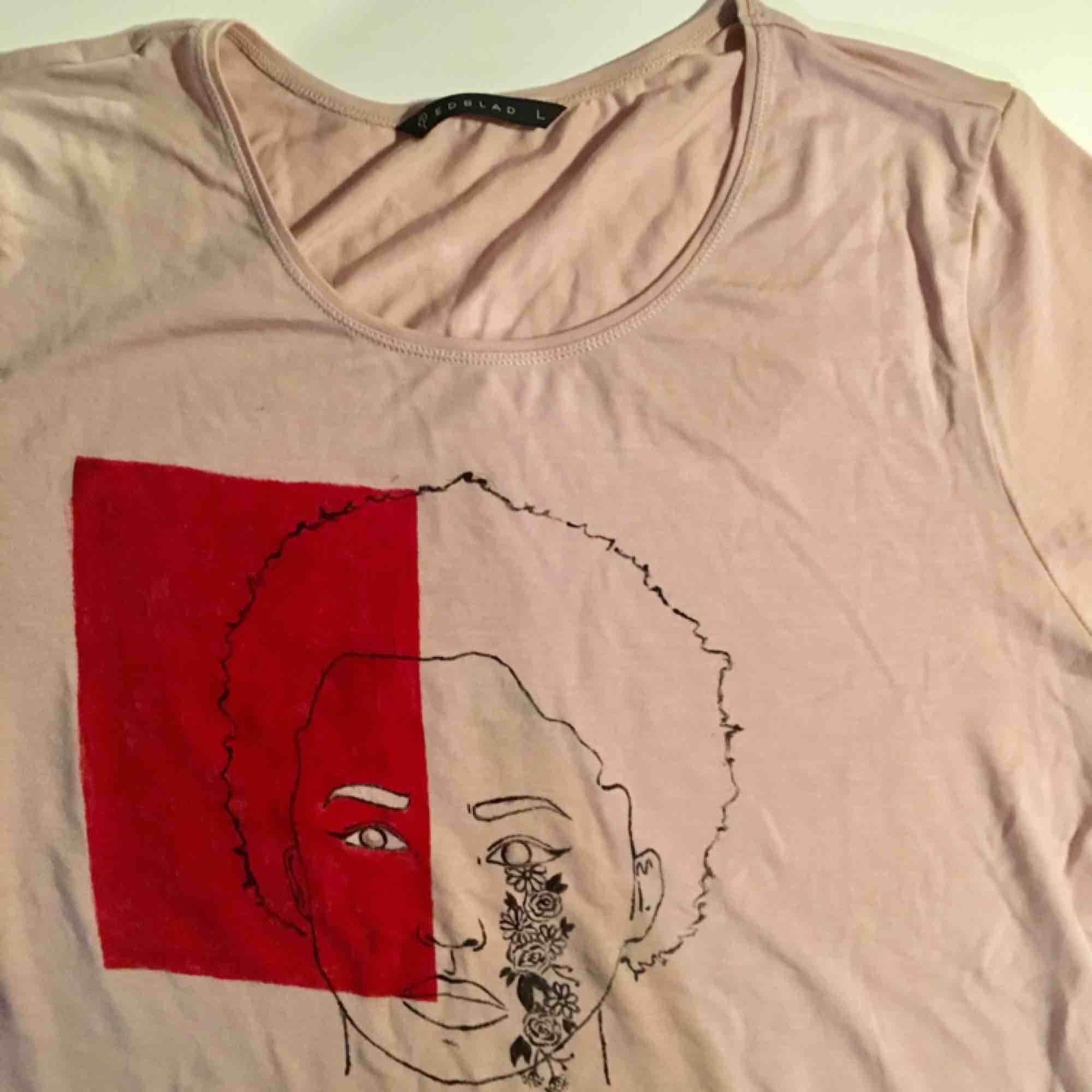Det här är en tröja som jag har målat själv, märket på tröjan är Edblad och den är en basic ljusrosa T-shirt som kostar ca 400 i nypris därav kommer mitt pris❤️ Går att tvätta i 40 grader. jag kan mötas upp eller frakta❤️. T-shirts.