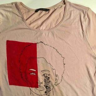 Det här är en tröja som jag har målat själv, märket på tröjan är Edblad och den är en basic ljusrosa T-shirt som kostar ca 400 i nypris därav kommer mitt pris❤️ Går att tvätta i 40 grader. jag kan mötas upp eller frakta❤️